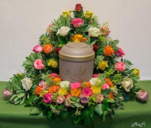Urnenkranz aus bunten Rosen