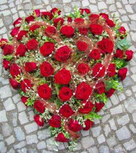 Herz rote Rosen mit Perlenschnur
