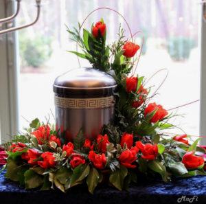 Urnenseitenkranz aus roten Tulpen